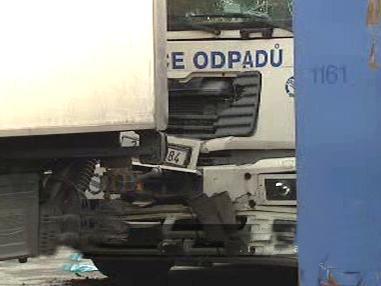 Detail poničené masky kamionu