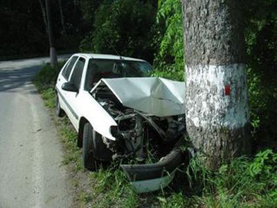 Osobní auto po nárazu do stromu