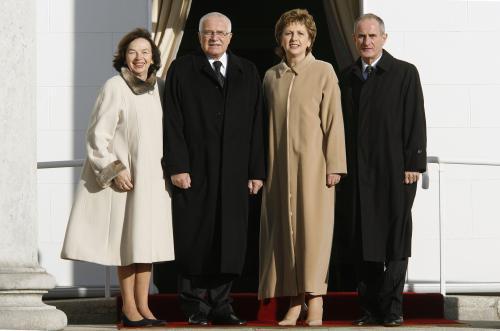 Manželé Klausovi s irskou prezidentkou a jejím manželem