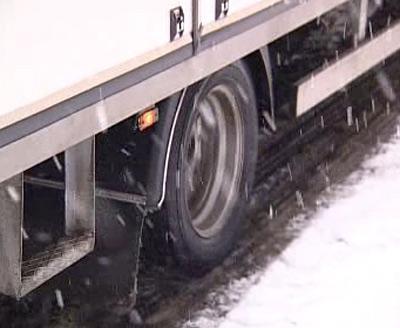 Kamion na zasněžené silnici