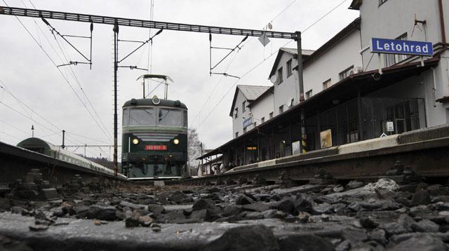 Elektrická lokomotiva jede z Letohradu do Lichkova
