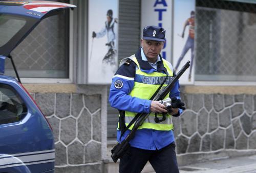 Francouzský policista při zatýkání Aspiaza Rubiny