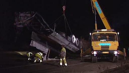 Odstraňování havarovaného kamionu