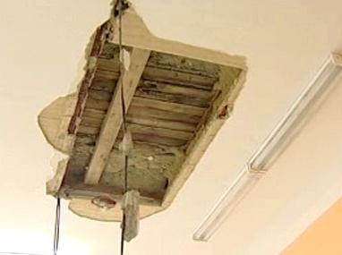 Spadlá část stropu