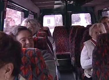Cestující v minibusu
