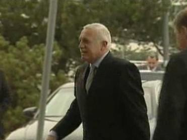 Václav Klaus vystupuje z auta