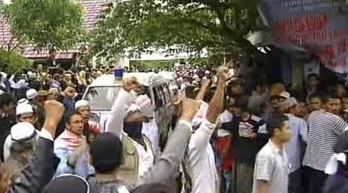 Lidé vítají ostatky popravených teroristů