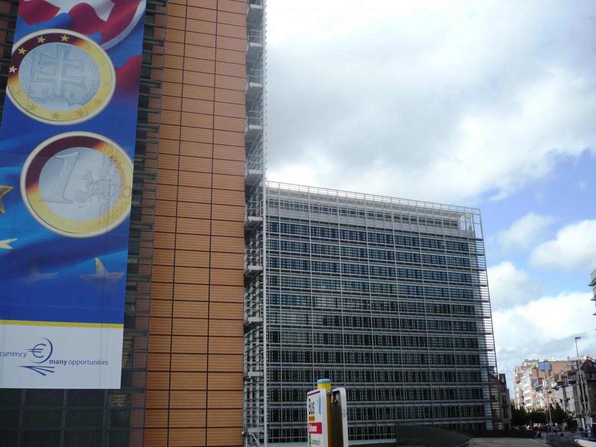 Budovu Evropské komise zdobí slovenské euro.