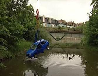 Hasiči vytahují auto z řeky