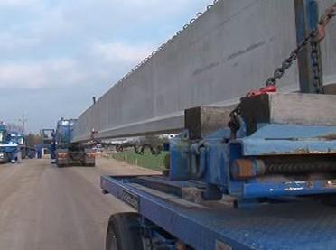 Kamiony přivážejí materiál na stavbu