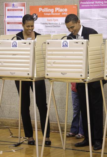 Manželé Obamovi u volební urny