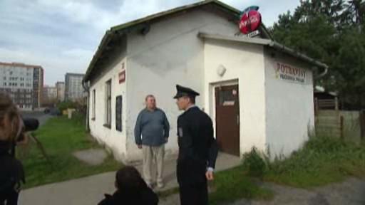 Policista a muž před prodejnou