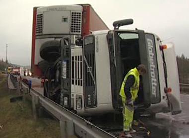 Převrácený kamion na dálnici