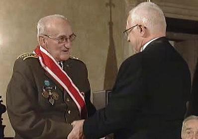 Prezident Klaus vyznamenává plukovníka Zenáhlíka