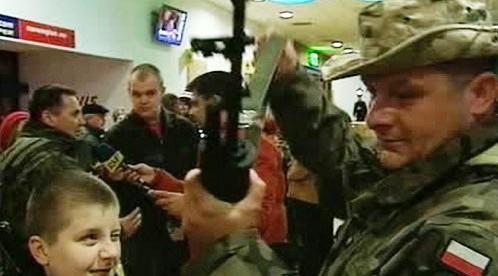 Polský voják po návratu domů.