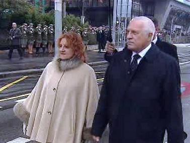 Václav Klaus a Vlasta Parkanová na vojenské přehlídce