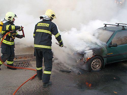 Hasiči u požáru auta
