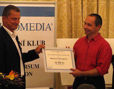 Martin Sichinger (vpravo) přebírá Cenu Knižního klubu