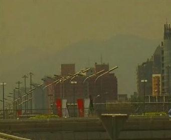 Peking zahalený smogem