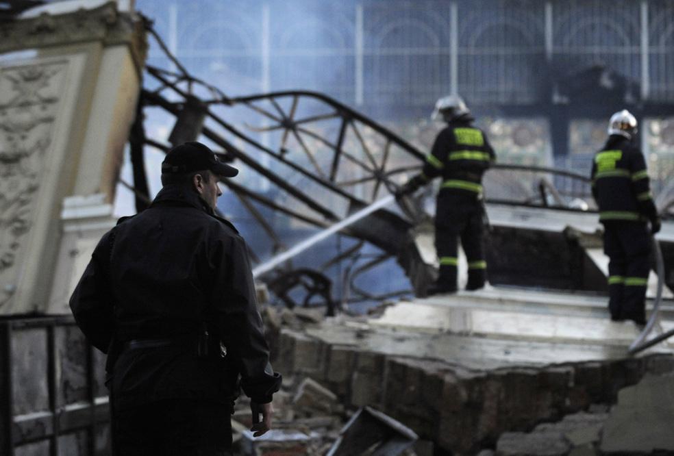 Hasiči likvidují zbytky požáru
