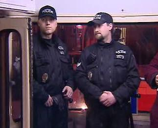 Strážníci v noční tramvaji