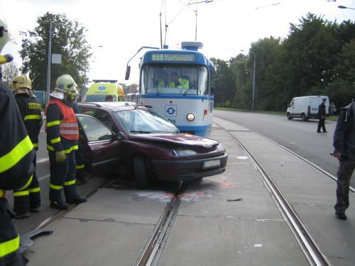 Srážka tramvaje s autem