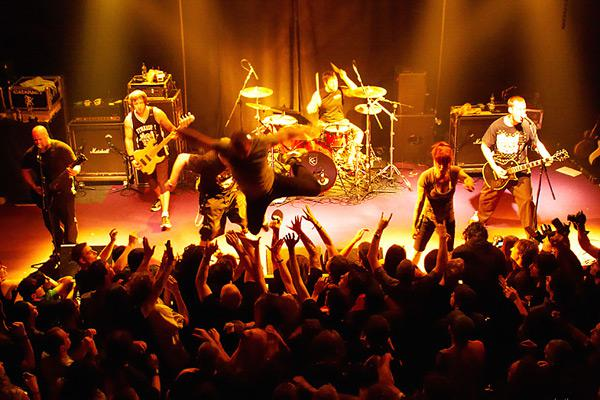 Stage diving / Walls of Jericho