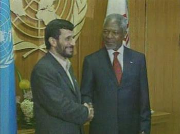 Íránský prezident Mahmúd Ahmadínedžád a Kofi Annan