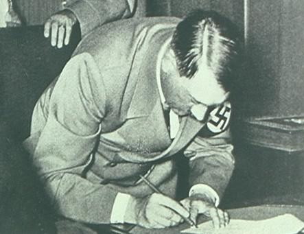 Adolf Hitler podepisuje mnichovskou dohodu
