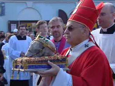 Kardinál Miloslav Vlk nese lebku svatého Václava