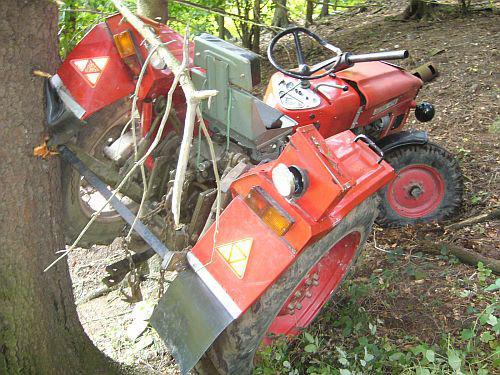 Nehoda traktoru v lese