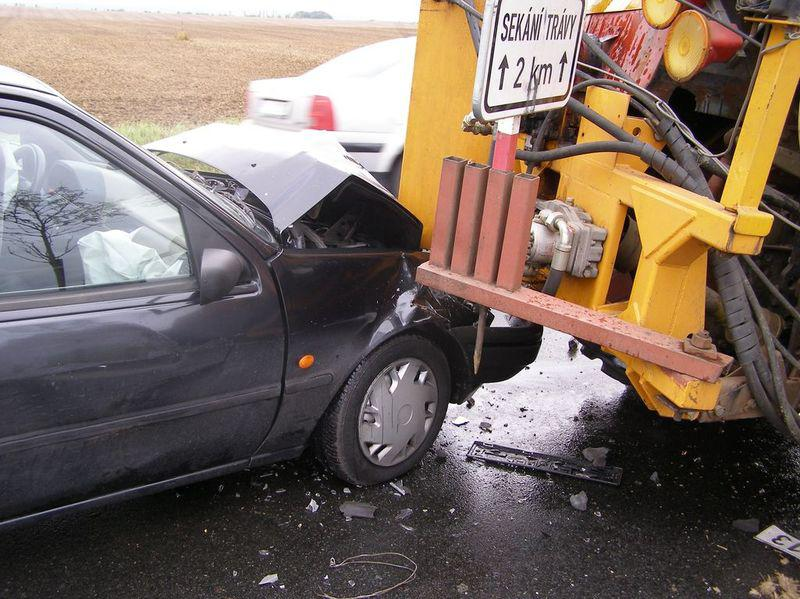 Srážka auta a traktoru