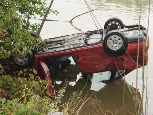 Auto skončilo po nehodě v rybníku