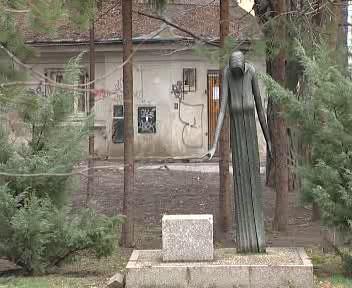 Poničený památník
