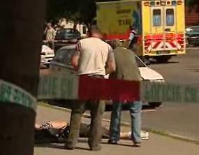 Policisté nad mrtvolou