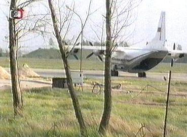 Letadlo na zanedbaném letišti v Milovicích