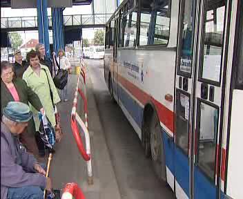 Lidé čekají na autobus
