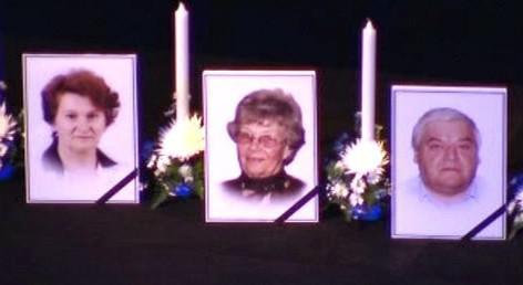 Na jevišti divadla byly vystaveny fotografie obětí havárie