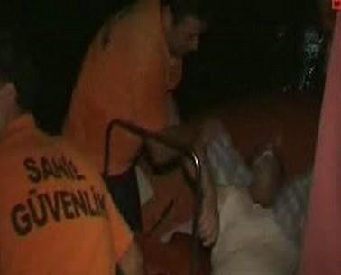 Záchranáři vytahují posádku z moře