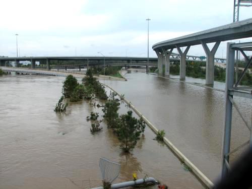 Zaplavený dálniční uzel nedaleko Houstonu