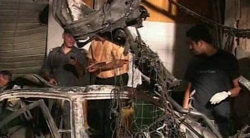 Trosky auta po výbuchu bomby