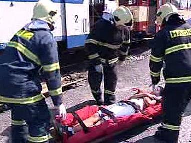 Hasiči při nácviku práce s raněnými