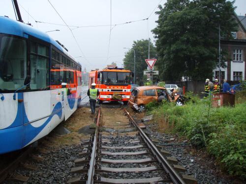 Osobní auto po srážce s tramvají