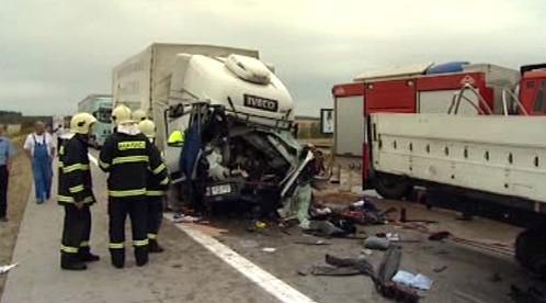 Hasiči u nehody kamionů