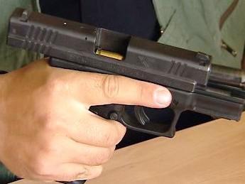 Moderní poloautomatická pistole