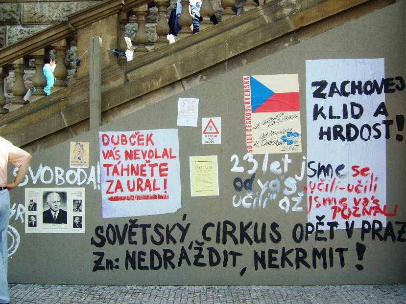 Dobové nápisy připomínají atmosféru krátce po okupaci