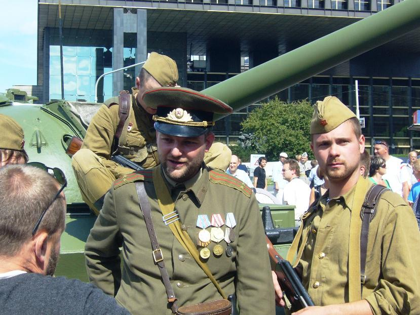 Herci - sovětští vojáci rozmlouvají s návštěvníky výstavy