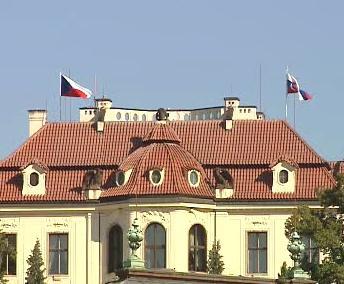 Česká a slovenská vlajka nad Kramářovou vilou