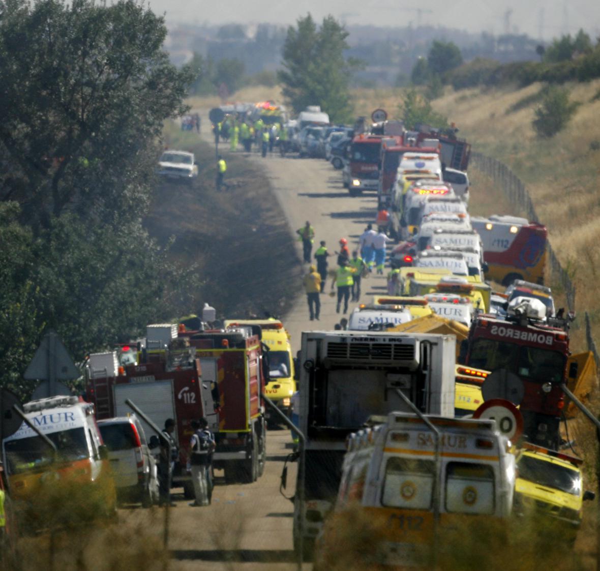 Záchranáři přijiždějí k něhodě letadla v Barajas