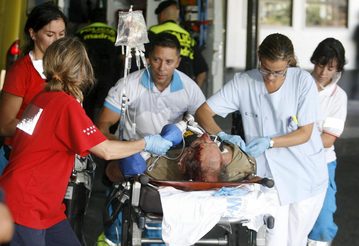 Záchranáři ošetřují jednoho ze zraněných